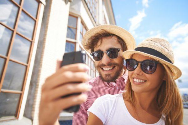 pareja-sonriente-haciendose-un-selfie-primer-plano_1098-273