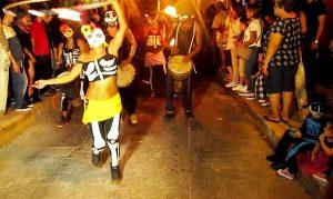 Esta noche, tanto el teatro Ángela Peralta (TAP), como las callejuelas del centro histórico de Mazatlán, fueron los escenarios en donde los mazatlecos irreverentes, que contagiaron a los residentes extranjeros y los turistas que nos visitan, de tal suerte que juntos le dieron una contundente muestra a la calaca de cómo la perciben.