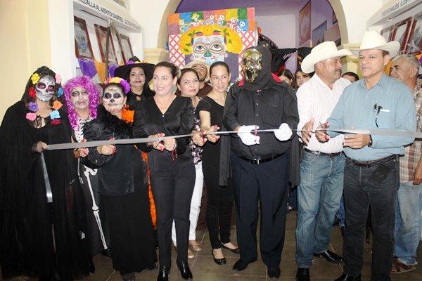 Llevan a cabo demostración de Catrinas y Altares en la Casa de la Cultura en Sinaloa de Leyva