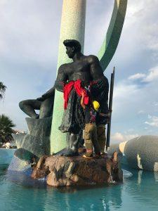 Intervienen la desnudez del monumento al pescador con camiseta de los Venados 2017